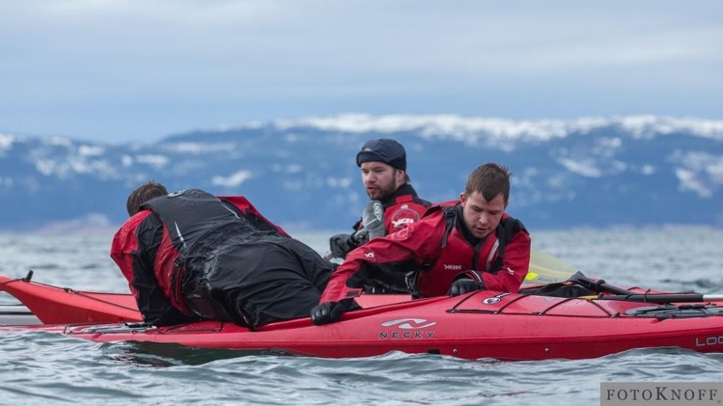 Deltakere gjør redningsøvelse med oppfølgning fra instruktør.